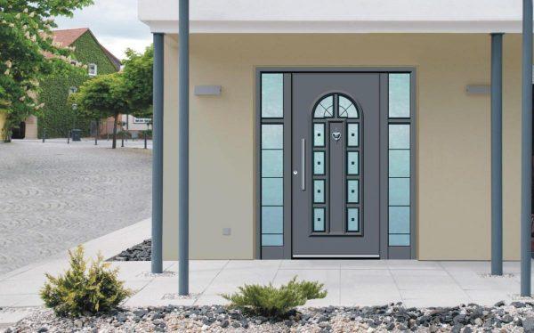 vhodnye dveri so steklopaketom dlya zagorodnogo doma 29
