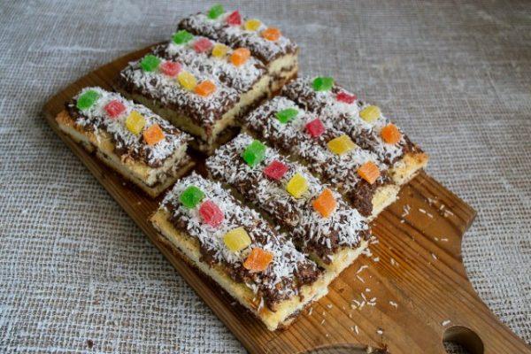 vozdushnoe biskvitnoe pirozhnoe s shokoladnyim kremom 16 640x427
