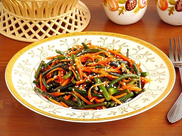 Salat iz morkovi i chesnochnyh strelok po korejski