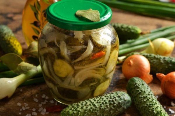 salat iz ogurcov s lukom na zimu 1