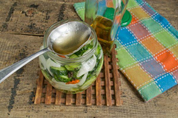 salat iz ogurcov s lukom na zimu 10