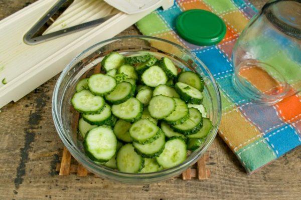 salat iz ogurcov s lukom na zimu 4