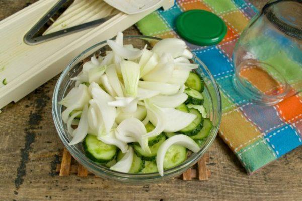 salat iz ogurcov s lukom na zimu 5