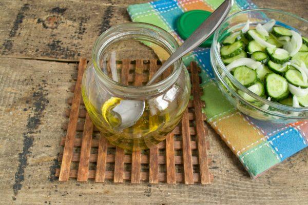 salat iz ogurcov s lukom na zimu 8