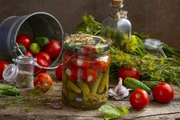 kislo sladkie marinovannyie pomidoryi s chesnokom i kornishonami 04 640x427