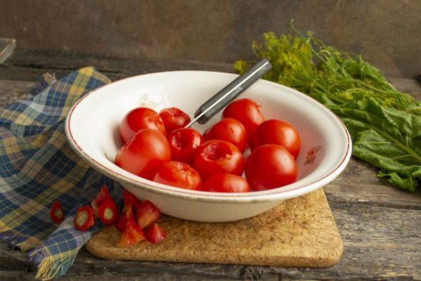 kislo sladkie marinovannyie pomidoryi s chesnokom i kornishonami 05 640x427