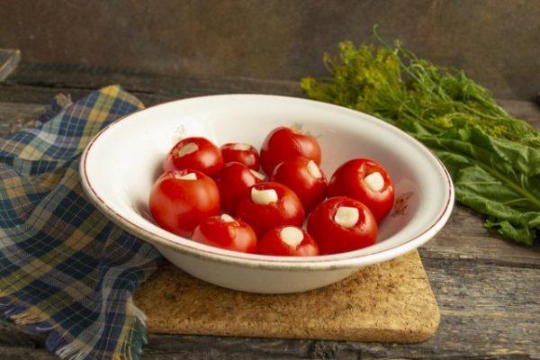 kislo sladkie marinovannyie pomidoryi s chesnokom i kornishonami 06 640x427