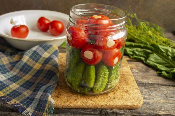 kislo sladkie marinovannyie pomidoryi s chesnokom i kornishonami 09