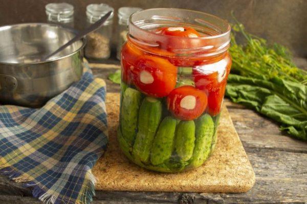 kislo sladkie marinovannyie pomidoryi s chesnokom i kornishonami 11 640x427