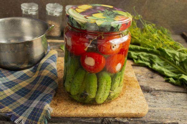 kislo sladkie marinovannyie pomidoryi s chesnokom i kornishonami 15