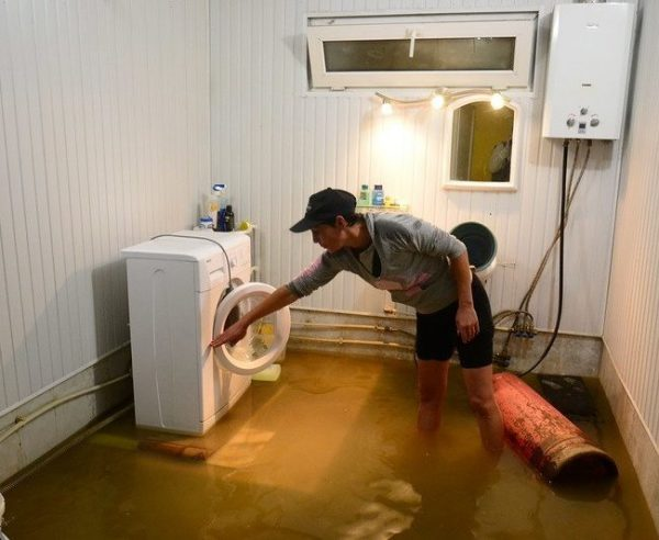 квартирант затопил соседей кто платит