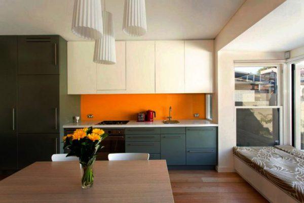 Устанавливаем потолочный плинтус. Что делать если кухонный гарнитур упирается в потолок?