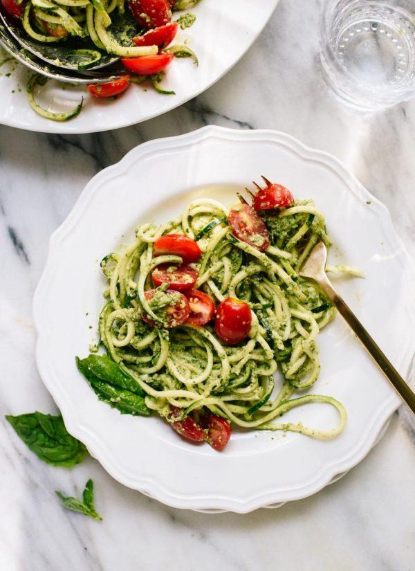 spagetti iz cukini s pomidorami i sousom iz bazilika i orexov 945x1300 1