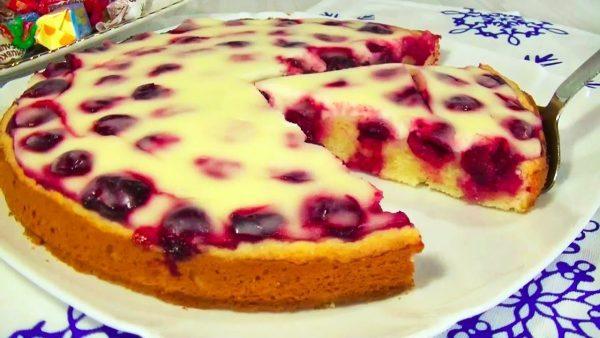 Быстрый вишнёвый пирог в сметанной заливке – пирога нежнее вы не пробовали!